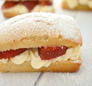 Easy Strawberry and Cream Cakes