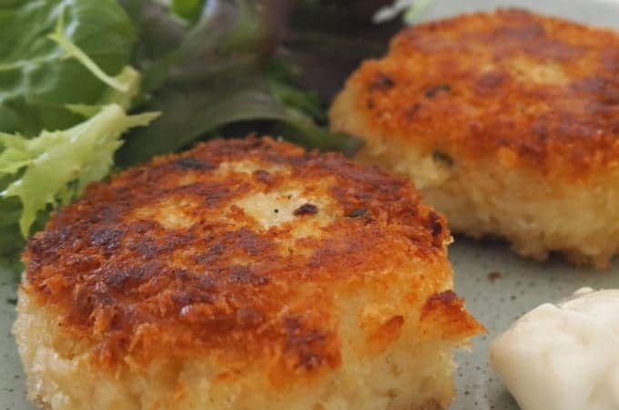 How to make an Easy Fish Cakes Recipe. This recipe is the perfect way to use up any leftover fish you may have. Both regular and Thermomix instructions included.